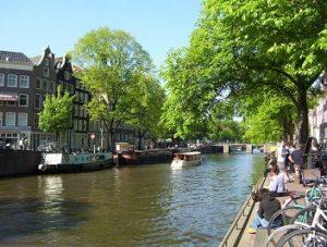 gracht met boten in Amsterdam