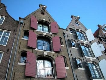 de historische pakhuizen van amsterdam trekken veel toeristen