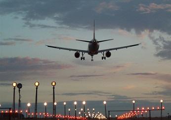vlietuig dat landt op vliegveld