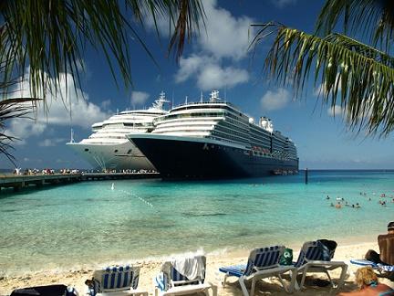 afgemeerde cruise schepen